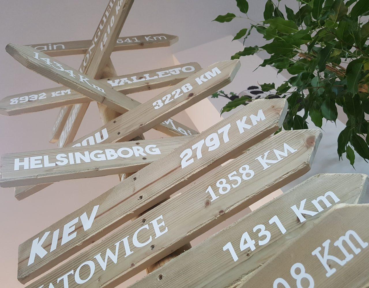 Flèches en bois sur pied, avec stickers lettres découpées